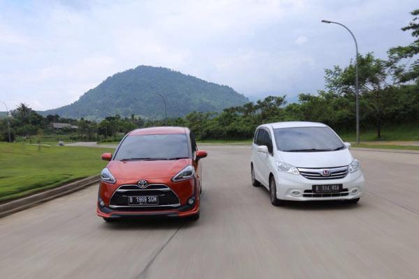 Perbandingan Fitur Toyota Sienta Q CVT VS Honda Freed S A/T