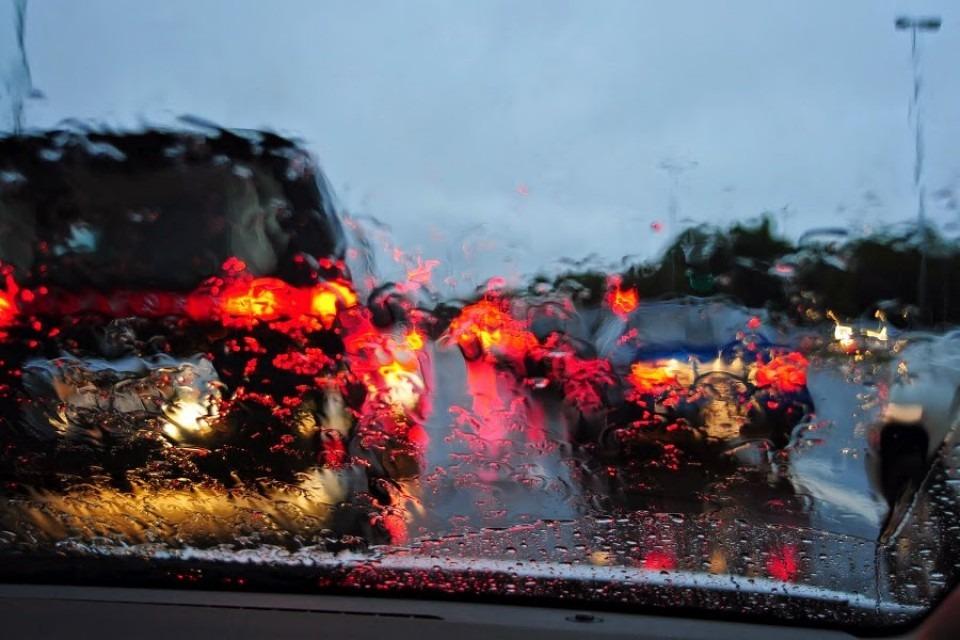 19006-jangan-aktifkan-fitur-ini-saat-mengemudi-dalam-kondisi-hujan
